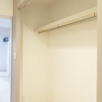 廊下の壁一面ある収納スペースは大容量!(※写真は1階の反転間取り別部屋、一部工事中のものです)