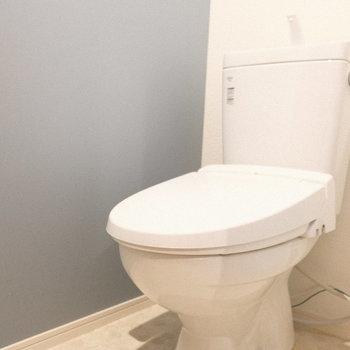 トイレはウォシュレット付き!(※写真は1階の反転間取り別部屋、一部工事中のものです)