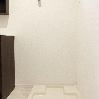 洗濯パンは脱衣所に。水回りはまとまっています。(※写真は1階の反転間取り別部屋、一部工事中のものです)
