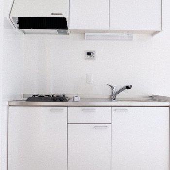 壁と床に溶け込みそうな真っ白なキッチン!(※写真は1階の反転間取り別部屋、一部工事中のものです)