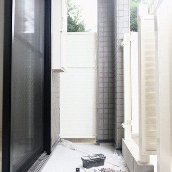 バルコニーは十分な広さ(※写真は1階の反転間取り別部屋、一部工事中のものです)