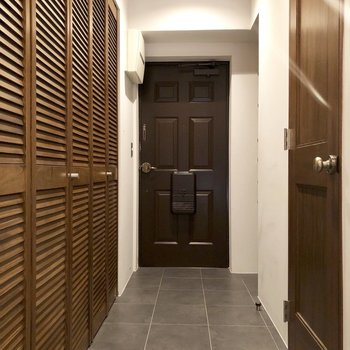 フラットな玄関。ドア前にマットを置いて靴の履き替えをしましょう。