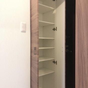 高さの調整ができるシューズボックス。※写真は1階の同間取り別部屋のものです