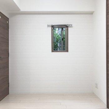 【LK】小窓からは緑がみえます。※写真は1階の同間取り別部屋のものです
