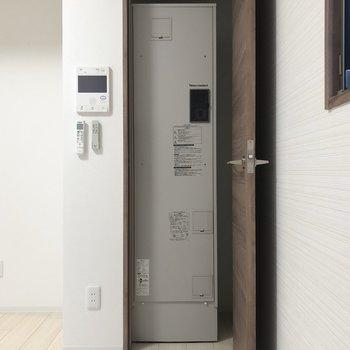 【LK】こちらには電気温水器。※写真は1階の同間取り別部屋のものです