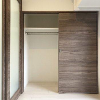 【Bed Room】ハンガーポールが2本備え付き。※写真は1階の同間取り別部屋のものです