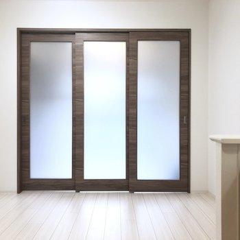【LK】閉めても明るいですね。※写真は1階の同間取り別部屋のものです