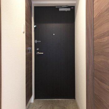 玄関がこちら。※写真は1階の同間取り別部屋のものです