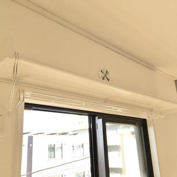 【寝室】窓上の棚にはハンガーを掛けられます。