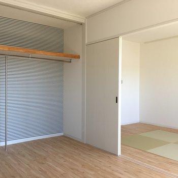 【寝室】収納はカーテンの設置が可能です。