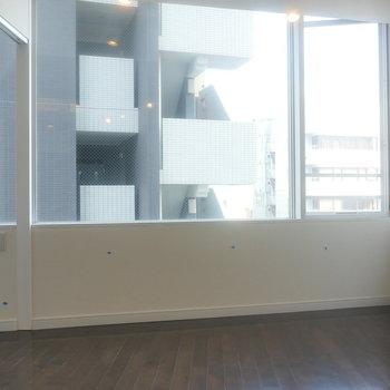 【DK】振り返ると、大きな窓。※写真は8階の同間取り別部屋のものです