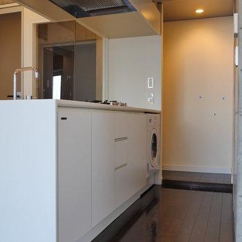 備え付けの洗濯機があります。※写真は8階の同間取り別部屋のものです