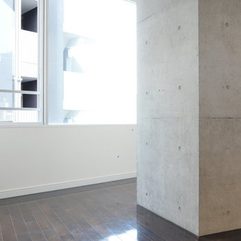 【7.1帖】コンクリートの柱をうまく活用したいですね。※写真は8階の同間取り別部屋のものです