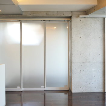 【DK】こちらのドアを開くと洋室です。※写真は8階の同間取り別部屋のものです