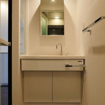 脱衣所に独立洗面台。※写真は8階の同間取り別部屋のものです
