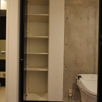 トイレ横には、便利な収納スペースがあります。※写真は8階の同間取り別部屋のものです