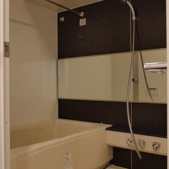 浴室乾燥機能付きです。※写真は8階の同間取り別部屋のものです