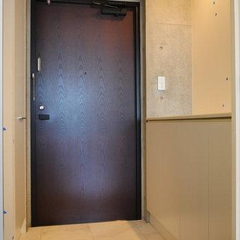 玄関部です。※写真は8階の同間取り別部屋のものです