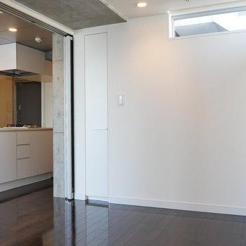 【7.1帖】上部には小さな採光窓ありますね。※写真は8階の同間取り別部屋のものです