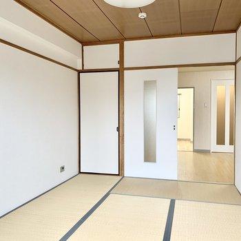 木の天井ときれいな白い引き戸が和モダンな雰囲気。