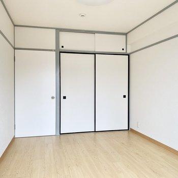 キレイ目のグレーの木枠のお部屋。