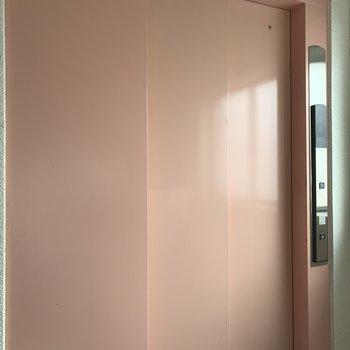 ほんのりピンクのエレベーターで毎日楽々。