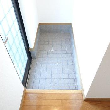 正面すぐに玄関。奥行きがあるので、靴箱は奥に設置すると効率的。