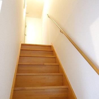 廊下の突き当たり左手に階段。上がって2階へ。