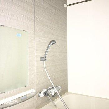 スタイリッシュなバスルーム。※ 写真は通電前のもの・フラッシュを使用しています