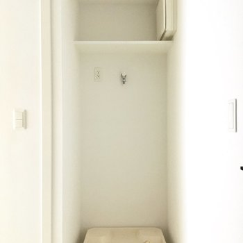 玄関を入ると、突きあたりに洗濯機置き場が見えます。※写真は前回募集時のものです