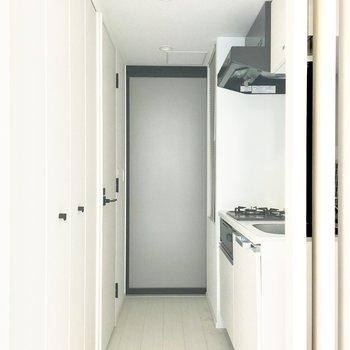 右手にキッチン、左手にクローゼットがあります。