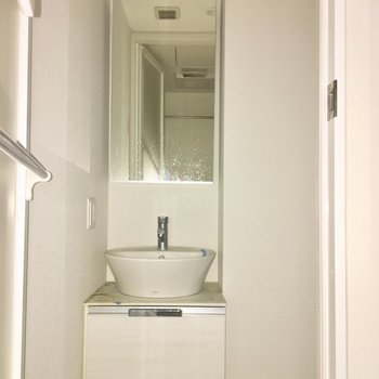 朝の準備がしやすい独立洗面台。※ 写真は通電前のもの・フラッシュを使用しています