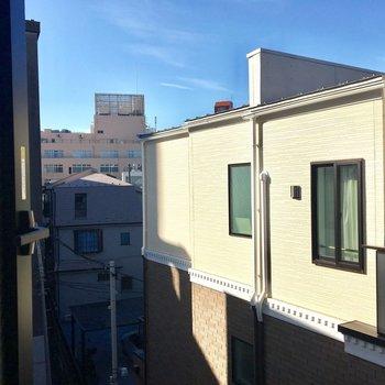 バルコニーの反対側にある窓からの眺望。
