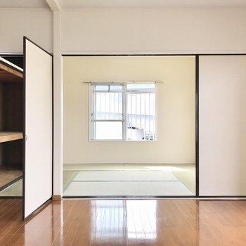 リビング横には和室。右の引き戸側にシェルフを置いて、左だけで出入りするようにしても◯