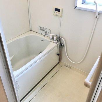 お風呂は少しレトロですが追焚付き。換気扇に窓もありますよ!