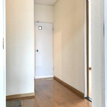 洋室は廊下へ出て玄関の向かい側に(※写真の小物は見本です)