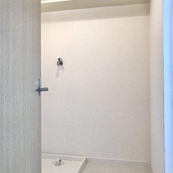 脱衣所も清潔感たっぷり。上の棚が便利です