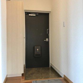玄関はシューズボックス横になにか置けるスペースがありました(※写真の小物は見本です)