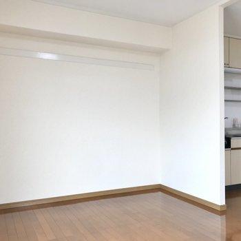 キッチン横には壁があり、さりげなくメリハリついていますね