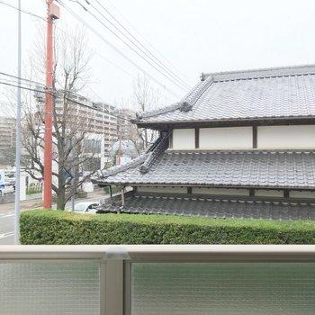2階だけど、目の前は建物の屋根。人目は気になりません。