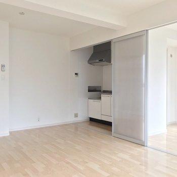 キッチンは凹みにすっぽり。冷蔵庫は扉側に置けますよ。