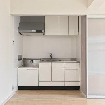 キッチンは白でスタイリッシュ。