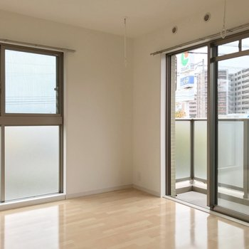 4.9帖の洋室は大きな窓が2つ。風の通り道ができました。