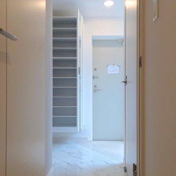玄関近くにトイレでした。土間も広いので白い傘立て置きたいな。