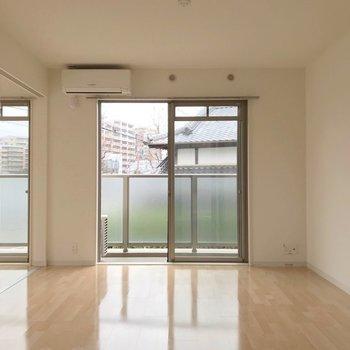 ツヤっとした床に、窓の形が反射します。
