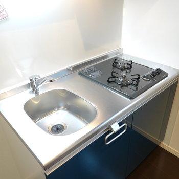 ワークトップはコンパクト。 自炊する方はシンクボードか調理台の用意を!