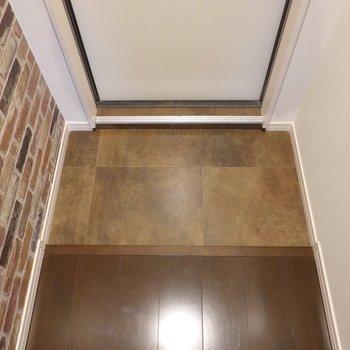 玄関はコンパクトですが、フラットで使いやすい。
