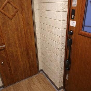 お部屋はエントランス入ってすぐ右のお部屋です。
