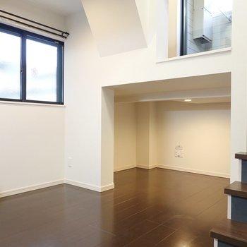 洋室部はダークトーンで落ち着いた空間。 階段下にはスペースが。