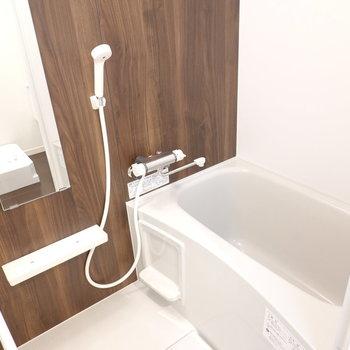 落ち着いたトーンのお風呂。 追い焚き付きで長風呂もできる!
